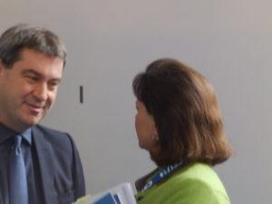Wer sich neben Dr. Markus Söder stellt, hat Chancen auf ein Pressephoto zu kommen. Ilse Aigner und Dr. Markus Söder im Gespräch.
